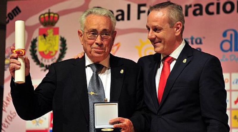 Medalla de oro al mérito deportivo por su labor en el colegio al P. Ángel Escapa
